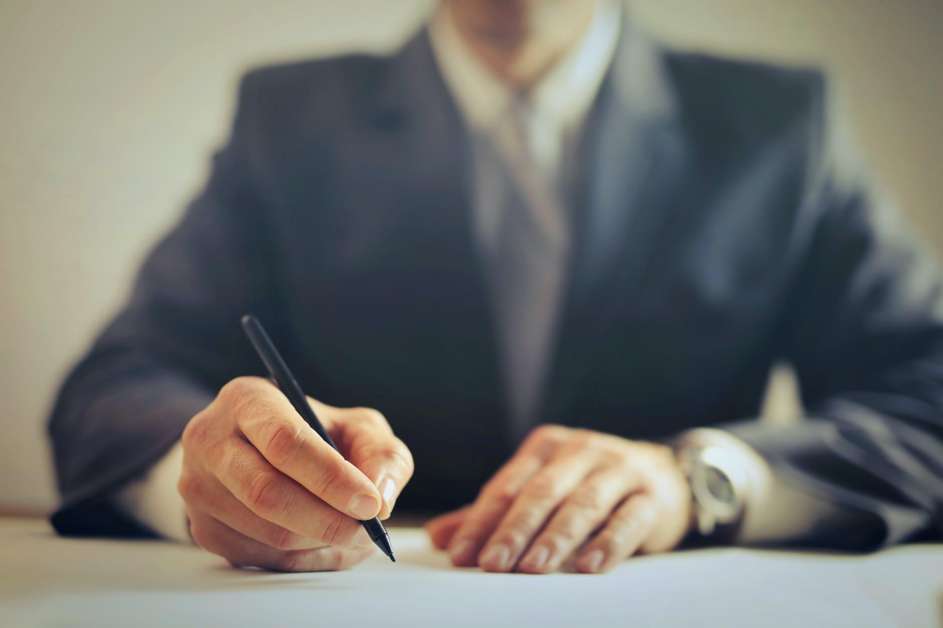 Un homme signe un compromis de vente