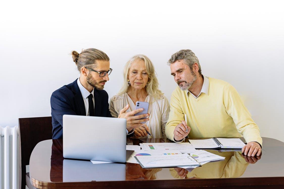 Un couple se fait conseiller par un banquier afin de faire un crédit immobilier sans apport