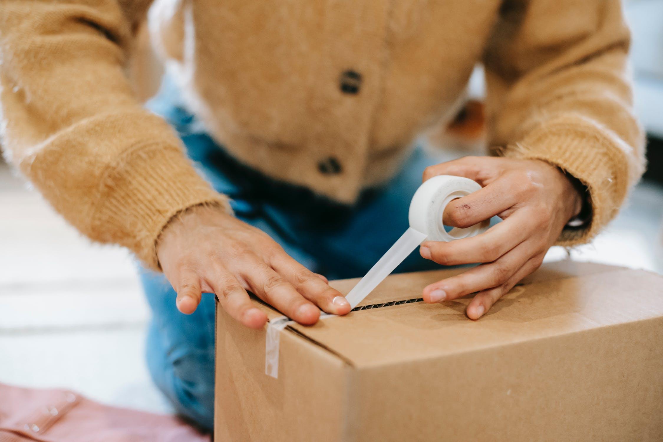 Une femme fait les cartons pour un déménagement efficace